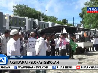 Aksi damai puluhan umat muslim di Kota Parepare, Sulawesi Selatan. Pengunjukrasa ini berorasi dan membentangkan poster penolakan pembangunan sekolah non muslim
