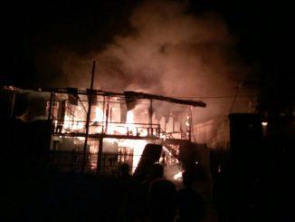 Dua unit rumah ludes dilalap si jago merah di Lorong Maspul, Jalan Jenderal Sudirman, Kelurahan Lapadde, Kecamatan Ujung, Kota Parepare, Sulawesi Selatan, Ahad (31/12) sekitar jam 9 malam