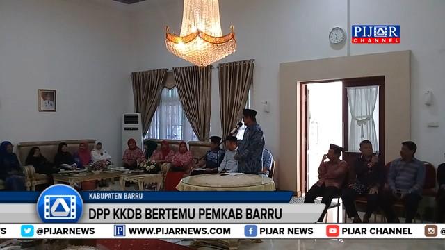 Suasana pertemuan anggota DPP Kerukunan Keluarga Daerah Barru atau KKDB bersama pemerintah daerah di rumah jabatan bupati, Jalan Sultan Hasanuddin, Barru, Sulawesi Selatan. Rombongan KKDB yang berjumlah puluhan orang ini disambut langsung oleh Bupati Barru berserta jajaran pimpinan OPD.