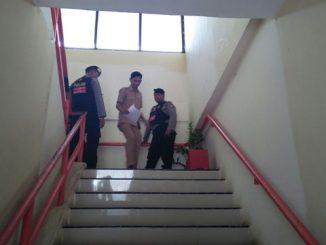 Kantor Dinas Lingkungan Hidup (LHD) Pemkot Makassar digeledah selama 3 jam. Tim penyidik Subdit 3 Tipikor Polda Sulsel hanya membawa beberapa berkas dokumen yang ditenteng di tangan salah satu anggota.
