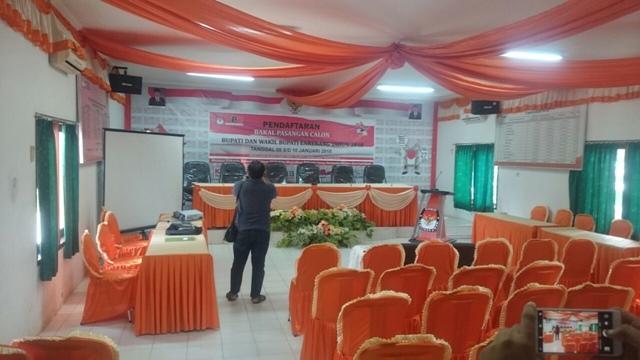 Hari pertama pembukaan pendaftaran Calon Bupati/Wakil Bupati Enrekang 2018 masih sepi. Belum terlihat ada aktivitas dari para kandidat yang mendatangi Kantor KPU untuk mendaftar.