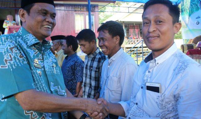 Bupati Barru Suardi Saleh menyerahkan dana Bamper program kawasan mandiri pangan kepada lima desa di wilayah Kecamatan Pujananting.