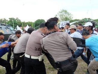 Aksi unjuk rasa ratusan pendukung salah satu pasangan calon Wali Kota Parepare, Sulawesi Selatan, di kantor Komisi Pemilihan Umum Daerah (KPUD) Parepare, berlangsung ricuh. Para pengunjuk rasa ini terpaksa harus dibubarkan paksa pasukan anti huru-hara, karena memaksa masuk ke kantor KPUD dan menyerang polisi yang tengah berjaga.