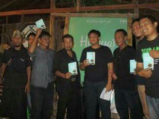 M. Afiq Naufal (tengah) diapit oleh Sastrawan Tri Astoto dan Budayawan Puang Palemmui
