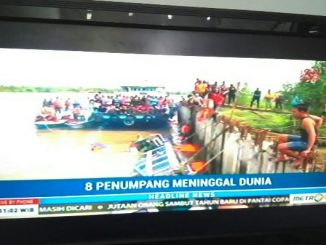 Suasana evakuasi kapal tenggelam di Tarakan, Kaltara yang ditayangkan salah satu stasiun tv swasta nasional, Ahad (1/1). Tim sar kini masih melakukan pencarian korban hilang kapal tenggelam tersebut.