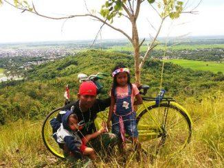 Senin pagi (1/1), Asrul terus menggenjot sepeda ontelnya. Pendakian di sisi timur Gunung Paleteang, tak menyurutkan semangatnya. Padahal, di boncengan ontelnya, ada dua buah hatinya, Fadillah dan Afdal.