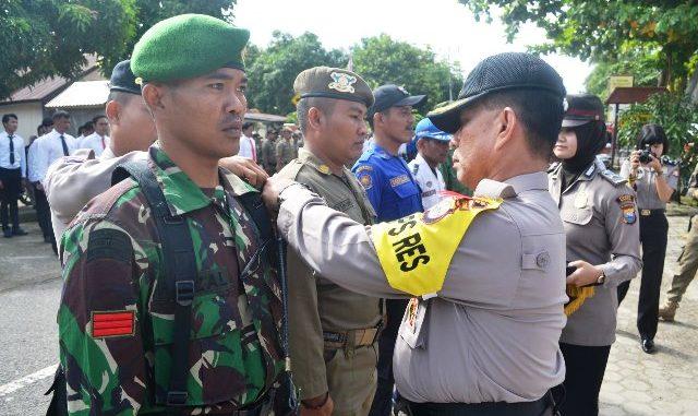 Kapolres Barru AKBP Burhaman menyematkan pita sebagai pembukaan Ops Mantap Praja 2018 jelang Pengamanan Pilkada. Foto: Handover
