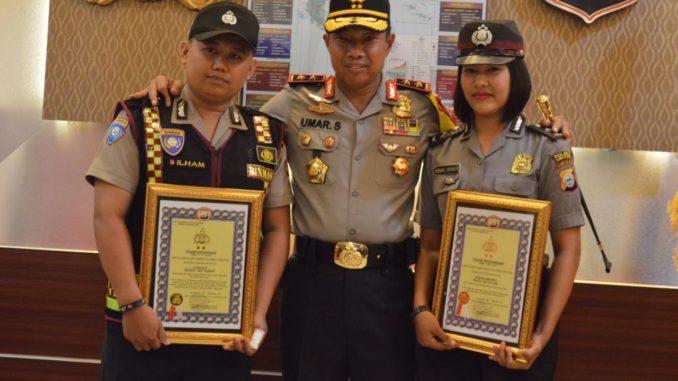 kapolda Sulsel, Irjen Pol Umar Septono foto bersama dua polisi berprestasi usai penyerahan penghargaan di Mapolda sulsel, Rabu (21/2).
