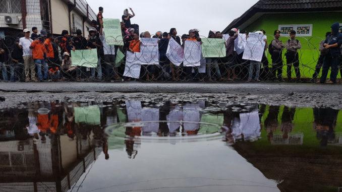 Pendukung Paslon Wali Kota Makassar demo di panwaslu makassar