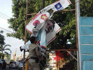 Penertiban alat peraga kampanye oleh Satpol PP