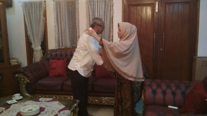 Faisal Andi Sapada saat bertemu dengan Hj Suharti Zain Katoe
