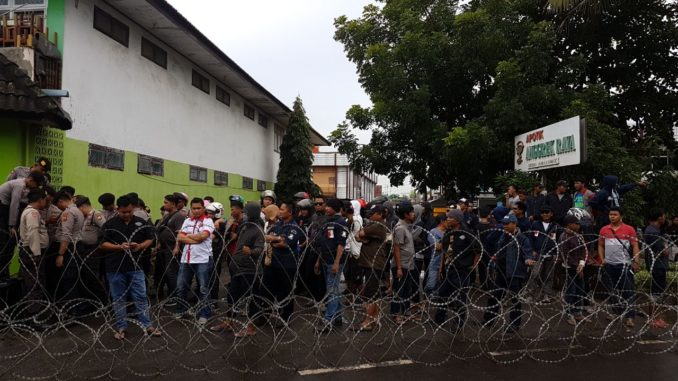 Barikade kawat berduri di depan Panwaslu Makassar