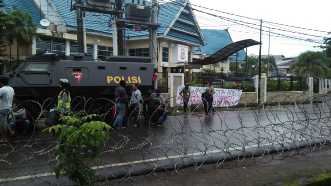 Polisi jaga kantor Panwaslu Makassar