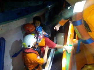 Tim Basarnas melakukan evakuasi terhadap 18 penumpang Kapal KLM Umegah Berkah yang mengalami mati mesin di Perairan Pulau Marasande, Kecamatan Liukang Kalmas, Pangkep., Rabu 921/2).