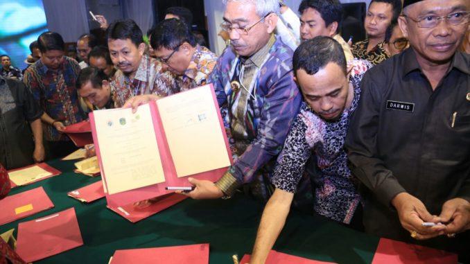 Bupati Lutim, Muh. Thorig Husler memperlihatkan MoU atau nota kesepahaman yang ia tandatangani langsung pada acara Kemendes PDTT di Jakarta.