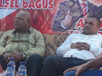 Mantan Bupati Puncak Jaya, Henok Ibo (kacamata) dan Ketua KNPI Jayapura, Franklin E Wahey (baju putih) hadir pada acara pengukuhan 500 relawan Papua Community yang menyatakan diri siap menangkan Paslon Cabup Sidrap nomor urut 2, Doamu.(ist)