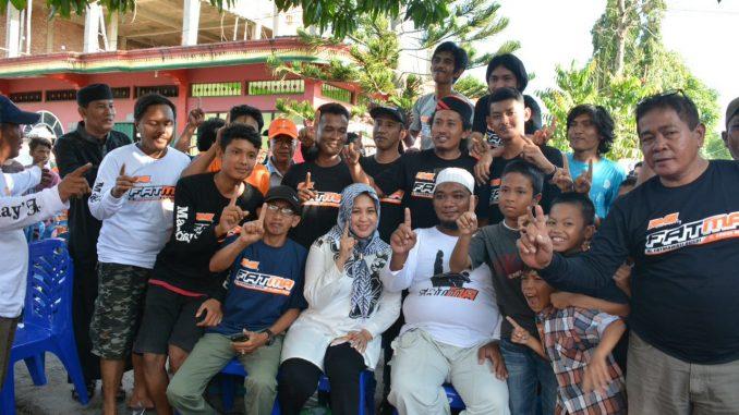 Calon Bupati Sidrap nomor urut 1, Fatmawati Rusdi bersama warga yang pendukungnya.(ist)