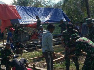 Personil Kodim 1420 Sidrap membantu warga pasca bencana angin puting beliung di Sidrap, Jumat (27/4).(ist)