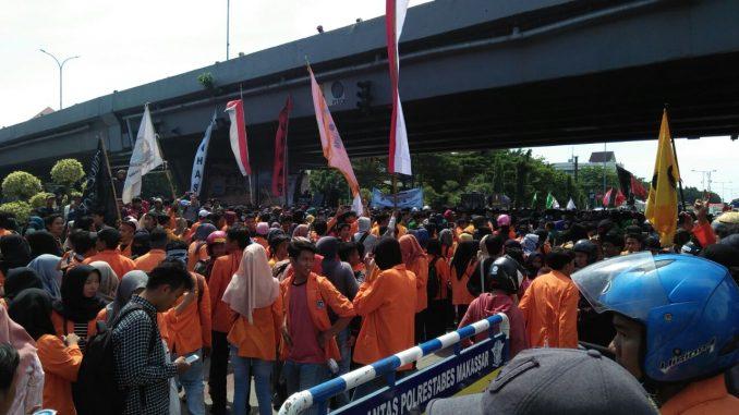 ribuan mahasiswa di hardiknas