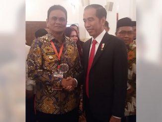 Bupati barru mendapat UHC Award dari Jokowi