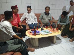 Warga menyampaikan keluhannya kepada FAS usai salat tarwih di Masjid Tarbiyah Lontannge.