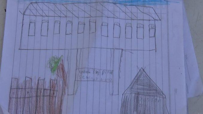 Harini, pelajar Kelas II SDN 11 Parepare menggambar sekolahnya yang disegel oleh pemilik.(ist)