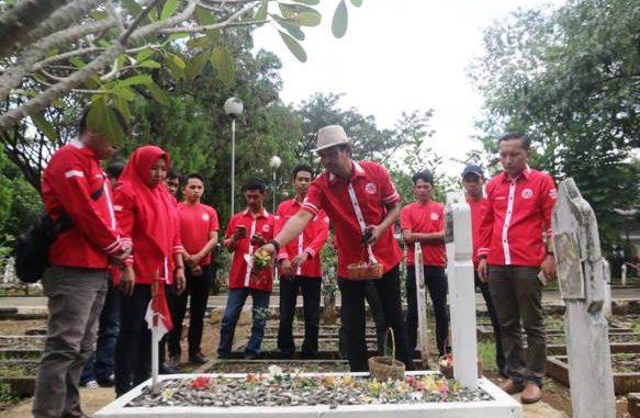 Pengurus dan Kader DPD DAG Sulsel Tabur Bunga di TMP Panaikang