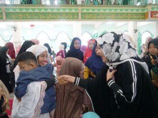 Lebaran di Masjid Agung, Warga Berebut Foto Bersama Fatmawati