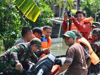 Kunjungi Korban Banjir, Kapolres-Dandim Sidrap Serahkan Sembako dan Obat-obatan