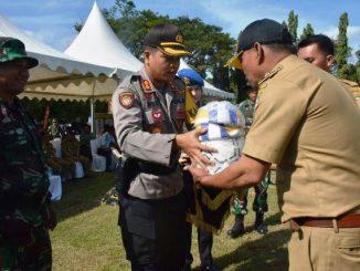 Kapolres Sidrap Serahkan Bantuan Olahraga di Lokasi TMMD ke-102