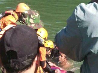 Proses evakuasi mahasiswa yang tenggelam