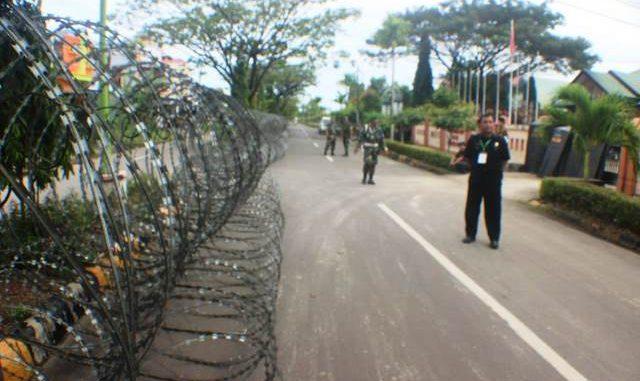 Aparat Kepolisian Menjaga Ketat Rapat Pleno KPU Pinrang