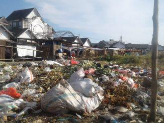 Warga Mengeluh Bau Busuk Tumpukan Sampah Belakang Pasar Lakessi