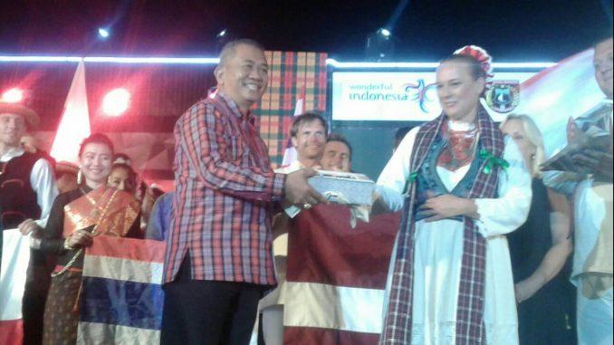 Penutupan PIFAF 2018, Bupati Polman Berjanji Membawa Polewali Mandar Tampil di Eropa