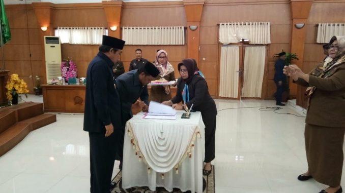Ketua DPRD Serahkan Catatan Strategi dan Rekomendasi LKPJ Bupati