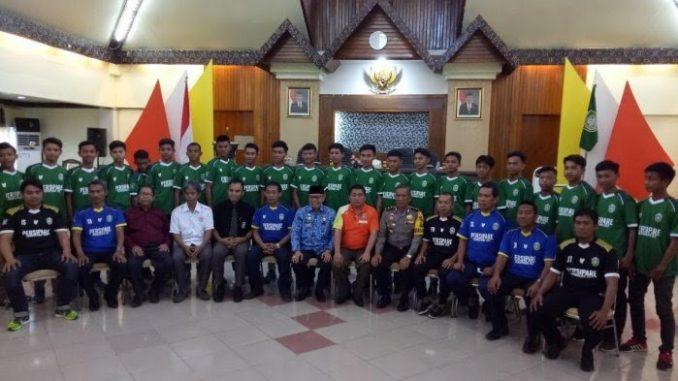 Foto bersama Tim Sepak Bola U-17 Parepare di Aula Rujab Walikota Parepare beberapa waktu lalu. --foto handover--