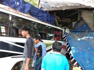 Bus Seruduk Rumah di Ablam
