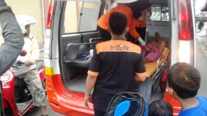 Petugas Medis Call Centre 112 Evakuasi Kakek Tuna Wisma yang Lemas di Pos Ronda