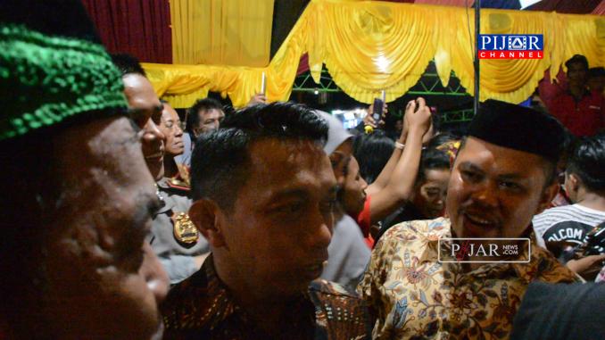 Viral !!! Wakil Ketua DPRD Sulsel Rela Antri dan Berdesakan Demi Poto dengan Idrus-Inade