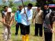 Bupati Barru Suardi Saleh (pakai songkok baju biru lengan panjang), ikut membajak sawah bersama para petani.