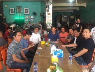 Andi Irwan Darmawan (AIA) --pakai kaos warna hitam-- bersama tim pemenangan Prabowo-Sandi di Warkop 588 Parepare