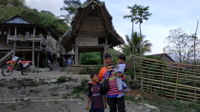 Fauzan Mahmud (Penulis) menggendong anak-anak sambil bercengkrama di kampung penghasil kopi, Desa Basseang.