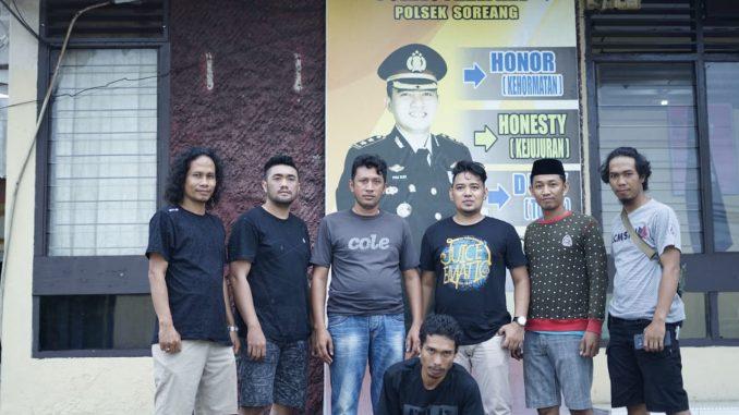 Ikbal (jongkok), buronan pengeroyok anggota polisi akhirnya ditangkap.