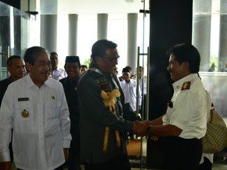 Gubernur Sulsel, Prof Nurdin Abdullah saat bersalaman dengan Kadis Kominfo Sidrap, Ir Kandacong.