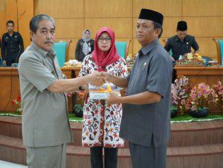 Plt Bupati Sidrap, H Dollah Mando menyerahkan ranperda ke Ketua DPRD Sidrap, H Zulkifli Zain.