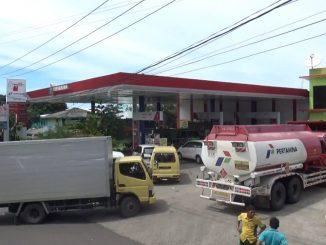 Antrean kendaraan di SPBU Ujung Bulu, Parepare.