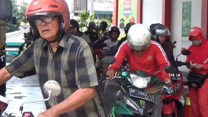 Antrean pengendara sepeda motor mengisi BBM di SPBU Ujung Bulu.