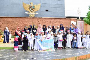 Murid TK Al Azizi foto bersama guru dan orang tuanya di monumen 40 ribu jiwa Parepare.