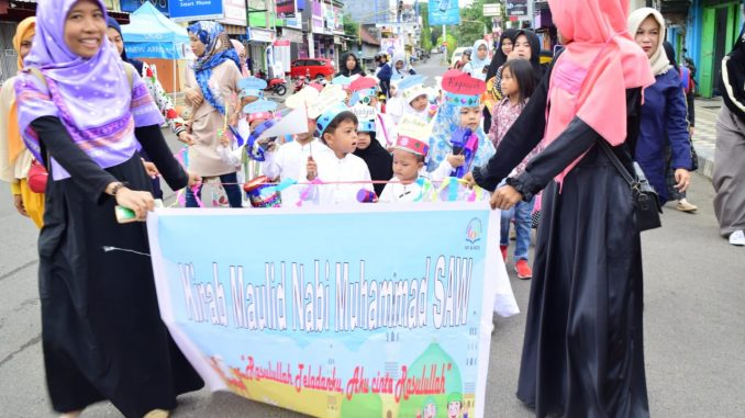 Puluhan murid TK Al-Azizi menggelar kirab maulid Nabi Muhammad SAW.