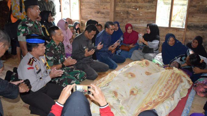 Gubernur Sulsel, Nurdin Abdullah bersama rombongan saat melayat di rumah korban banjir di Barru.